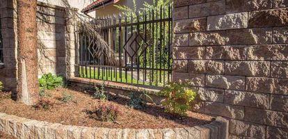 Na rynku dostępnych jest wiele rodzajów ogrodzeń domu. Jakie wybrać i jak je zamontować? Sprawdź na GetHome.pl
